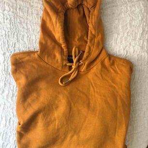 oversized senapsgul monki hoodie. Pyyyttelitte remsor fram ( se andra bilden ). Väldigt oversized så funkar lika bra på M som XS