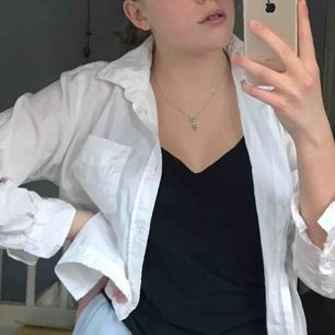 Supersnygg vit luftig skjorta perfekt till sommaren!!
