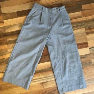 superduper fina gråa culotte byxor från monki i tjockt och bra material. Väldigt använda men inget som syns!!