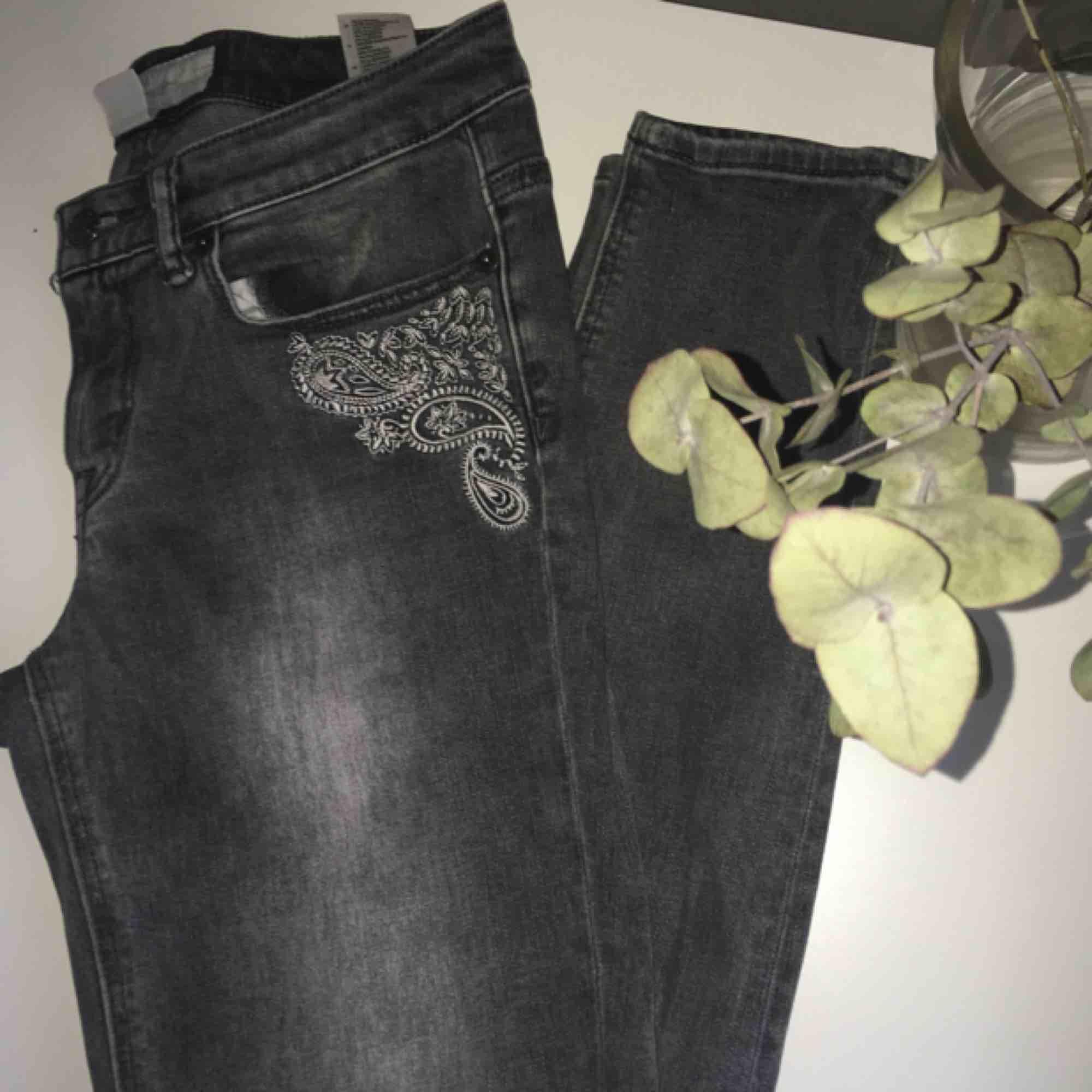 Gråa jeans med slim leg. Blekt design, väldigt snygga med broderingar och sitter skönt! 😊Knappt använda . Jeans & Byxor.