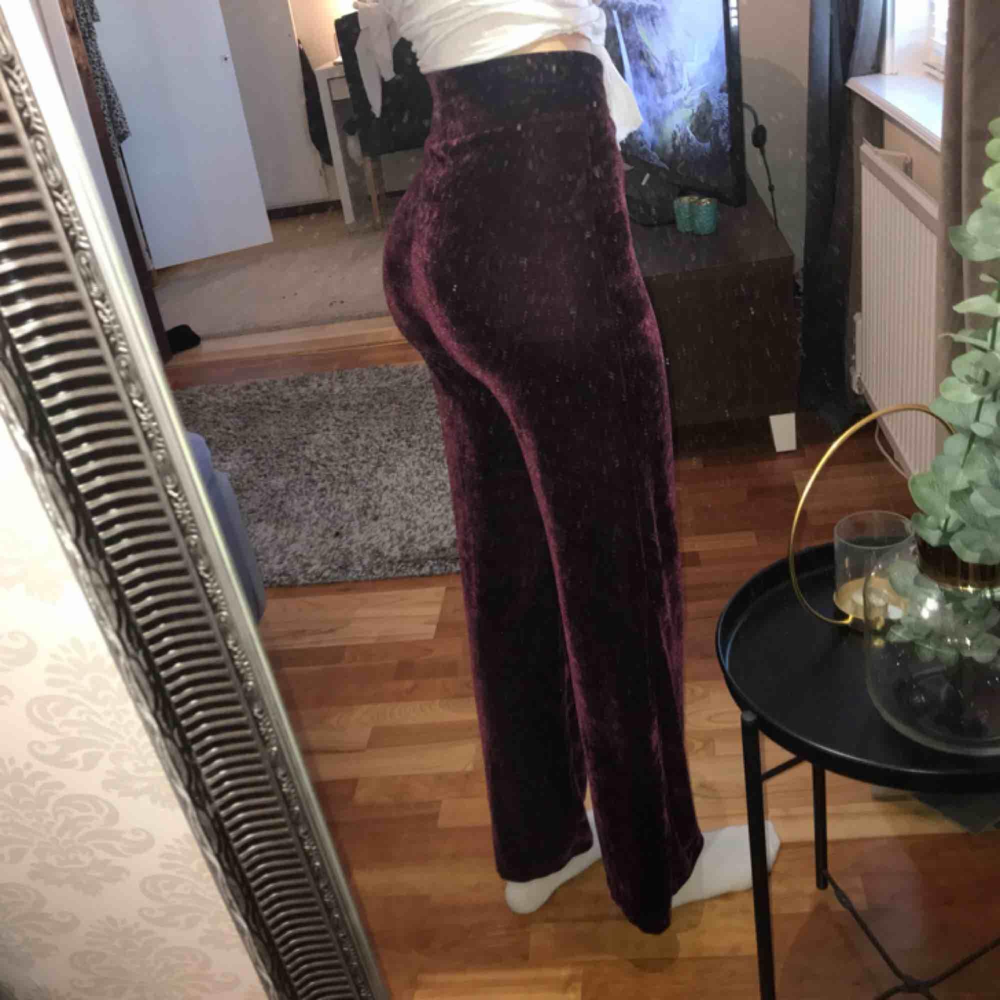 Velvet byxor i någon mörklila/mörkröd färg. Stretchigt material. Finns i Åseda och Växjö.. Jeans & Byxor.