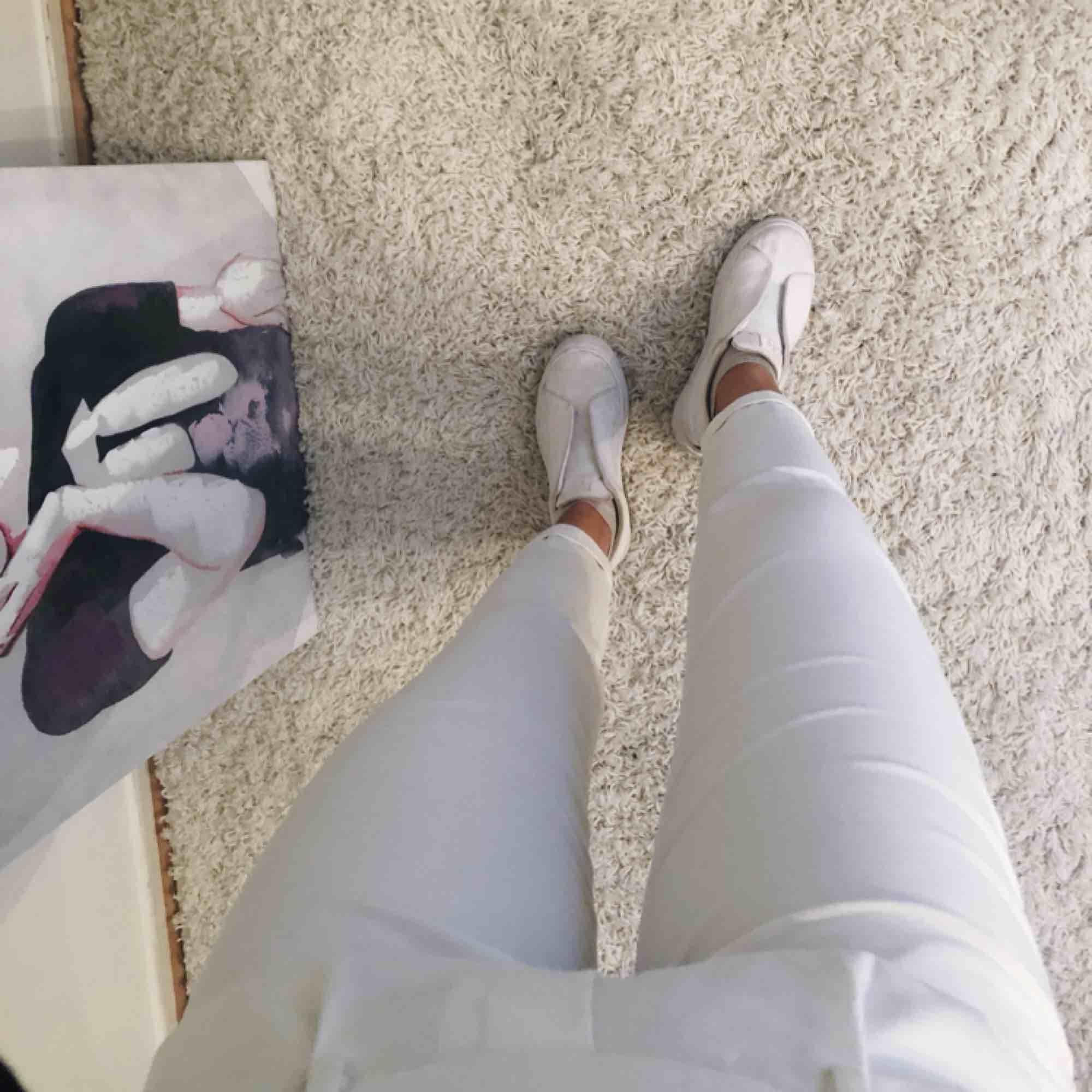 Ett par jättesnygga vita kostymbyxor ifrån Bershka, dem är väldigt mjuka i materialet så dem är sköna att ha på sig (OBS! Frakten är inräknad i priset). Jeans & Byxor.