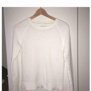 En riktigt snygg vit tröja med snygga detaljer. Väldigt bra kvalitet, köpt från JC. 👍Jag har använt den sparsamt så skicket är såsom nytt!   Priset kan diskuteras vid snabb affär