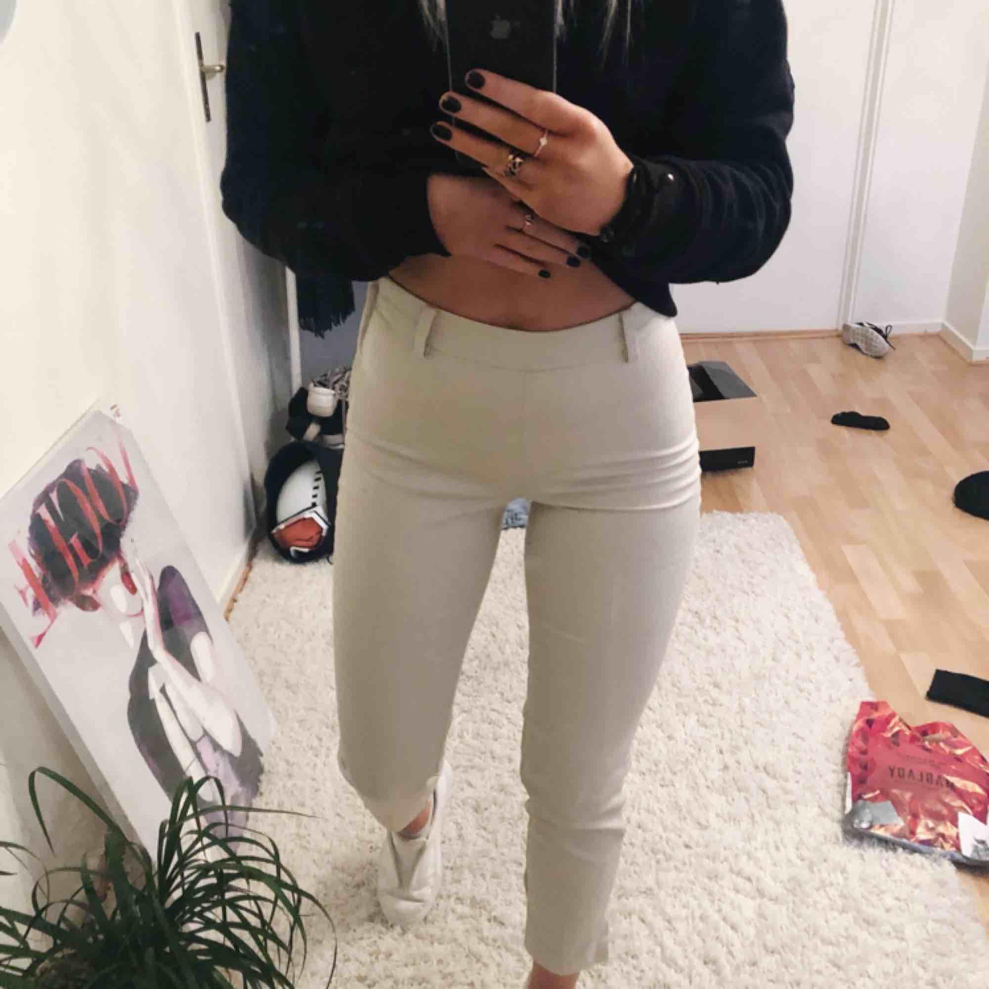 Snygga beiga kostymbyxor ifrån hm, det är en dragkedja på sidan av byxan, det är en slits nertill som är en sjukt fin detalj, byxorna sitter väldigt snyggt på och passar både XS och S. Jeans & Byxor.