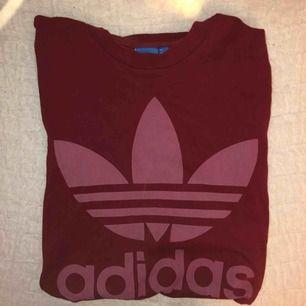 T-shirt köpt på urban outfitters från adidas!!!