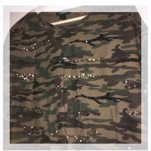 Sparsamt använd. Storleken är S men passar både XS och M. 🤩Snygga unika detaljer och cool kamouflage.