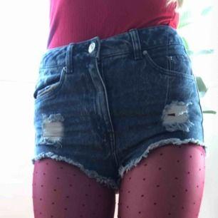 Väldigt korta men fina jeansshorts, perfekta till t.ex festivaler. Kan mötas upp i Norrköping eller Linköping annars står köpare för frakt, meddela för mer info eller bilder!<3