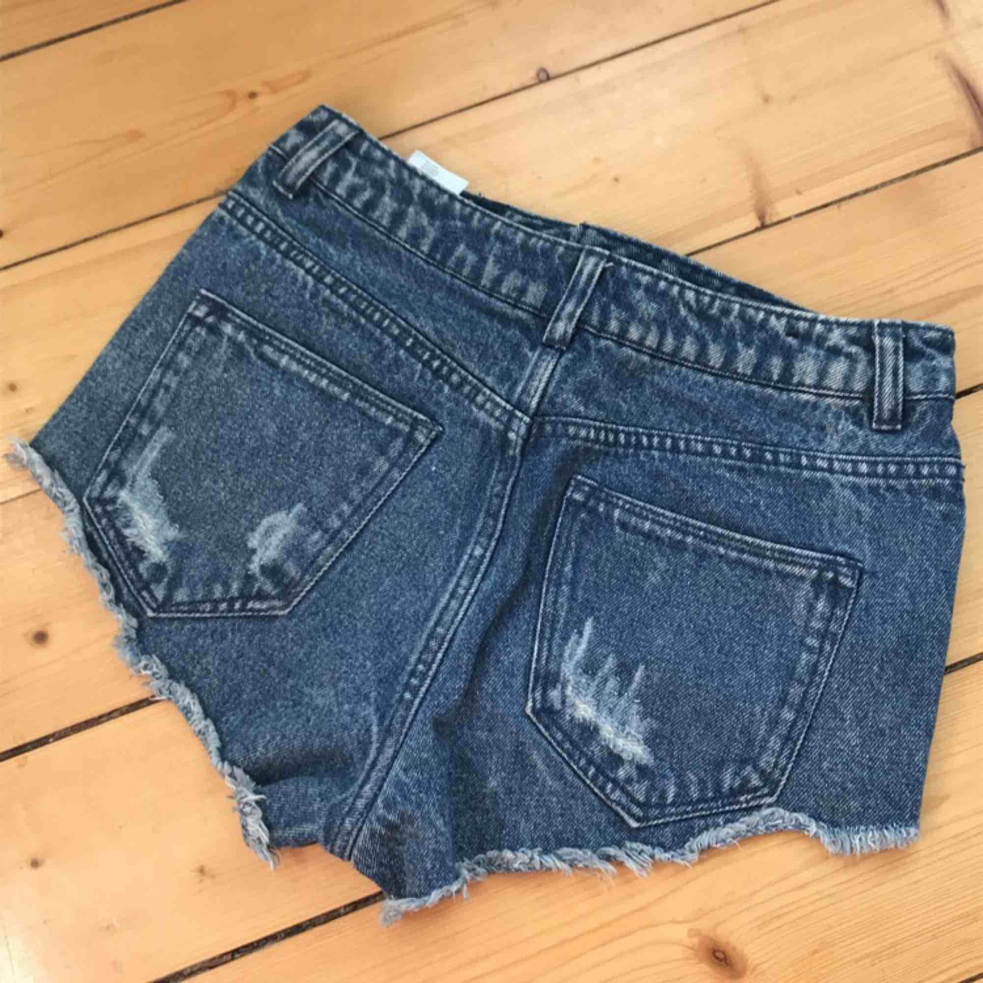 Väldigt korta men fina jeansshorts, perfekta till t.ex festivaler. Kan mötas upp i Norrköping eller Linköping annars står köpare för frakt, meddela för mer info eller bilder!<3. Shorts.