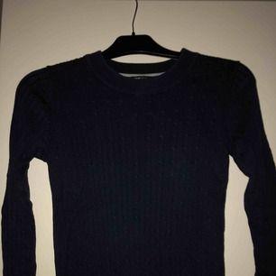 Två kabelstickade tröjor ifrån Gina tricot, ena är marinblå och andra blå, båda i storlek S. 50kr för båda eller 30kr styck.