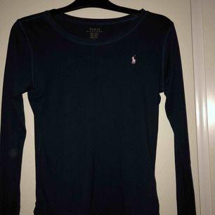 Marinblå Ralph Lauren tröja köpt på Kidsbrandstore, står att det är storlek XL ( barnstorlek ) men skulle säga att det motsvarar en S. Nypris 399kr