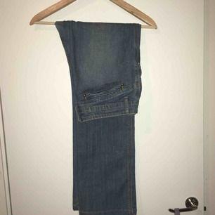 Jeans i fint skick. Rak modell på benen.
