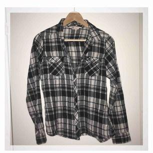 Skjorta med silvertrådar som reflekteras snyggt i solljus etc. Fint skick!