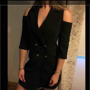En kostym klänning från chiquelle, köpt för 699 kr!! Säljs då den är lite för stor för mig:(