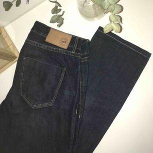 Nya, aldrig använda mörkblåa jeans. Snygga och har en retro look.
