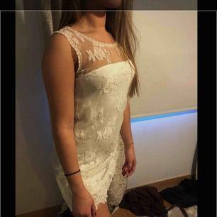 Jättefin Ida Sjöstedt klänning som passar perfekt till exempelvis Studenten!!! Använd några fåtal gånger och säljs då den längre inte kommer till användning. Nypris 2500 kr