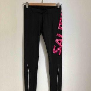 Salming löp-, träning-, och/eller yogabyxor. Aldrig använda. Bra kvalitet. Svarta med rosa bokstäver på vä ben.