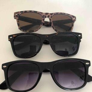 Säljer 3 st solglasögon som ser ut som Ray Bans • Ett par svarta, ett par mörka med mönster och ett par leopard • Säljer alla tre för 120kr totalt eller 50kr/styck • Köparen står för frakten! 🕶