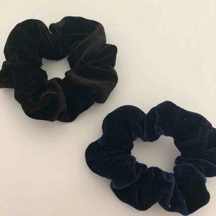Två stycken scrunchies i sammetstyg • Knappt använda • En svart och en mörkblå • Säljer båda för 35kr totalt eller 20kr/styck • Köparen står för frakten!