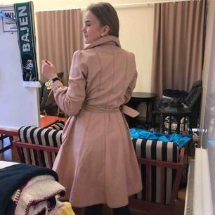 Rosa tunn kappa från Baum Und Pferdgarten, köpt för över 2000 kr. Jag fick den av min kompis så jag vet inte hur mycket den är använd men det finns inga hål eller liknande!