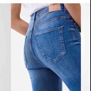 Helt oanvända (VITA) Molly jeans från Gina, är i jätte fint skick då de aldrig är använda, skriv vid intresse eller frågor!!