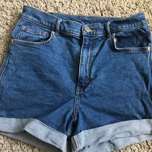 Shorts från Monki i storlek 30, passar alltså en M/L. Använda ca 3 gånger. Köparen betalar frakten🌼