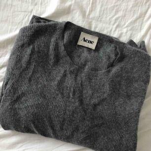Stickad tröja från Acne Studios. Otroligt mjuk och varm. Gammal som ni ser på taggen men i bra skick. Köpt på bloopis hemma hos Hanna MW.