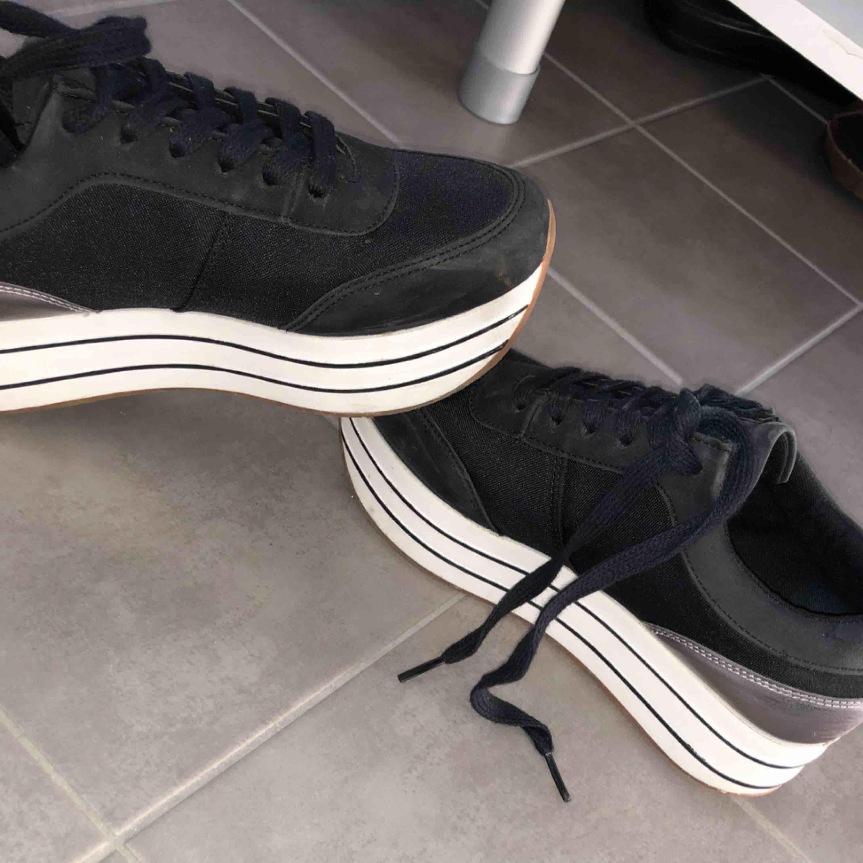 Svarta sneakers med klack, kommer från ZARA Använda 2 gånger, för små för mig. Skor.