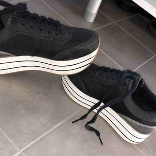 Svarta sneakers med klack, kommer från ZARA Använda 2 gånger, för små för mig