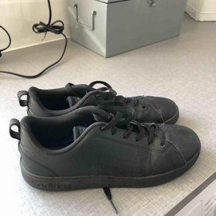 Svarta sneakers från adidas, använda ett fåtal gånger