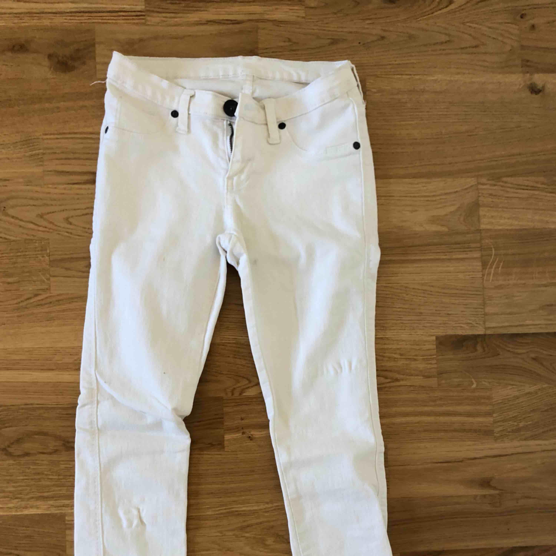 Vita jeans från Dr Denim, säljs pga att de inte passar mig. Använda 1 gång. Jeans & Byxor.