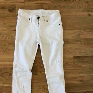 Vita jeans från Dr Denim, säljs pga att de inte passar mig. Använda 1 gång