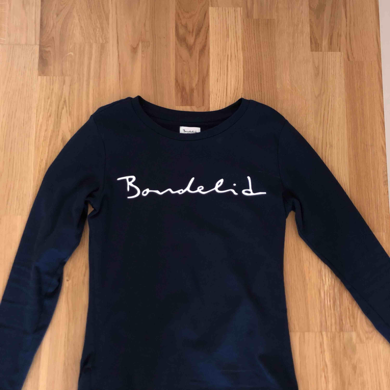 Marinblå tröja från Bondelid, nypris: 300 kr Använd 3 gånger. Tröjor & Koftor.