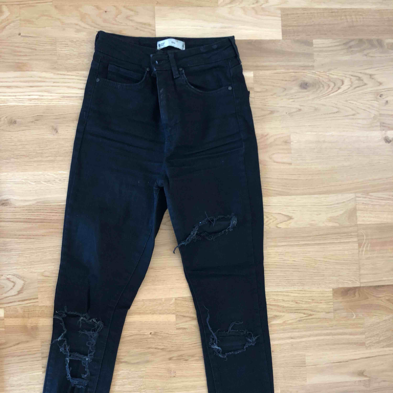 Svarta slitna jeans, sitter väldigr snyggt på kroppen! Säljs pga att de inte passar mig. Jeans & Byxor.
