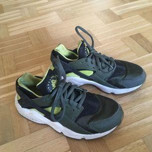 Nike Air Huarache. Säljer dessa då de är försmå. Rena och felfria. Skulle säga att de är en liten 36a