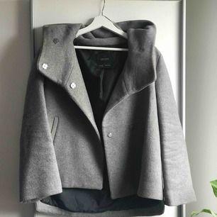 Grå kappa med luva/krage från Zara. Jättefint skick förutom två knappar som trillat av men nu är lagade. Strl M frakt tillkommer på 79 kr ❤️