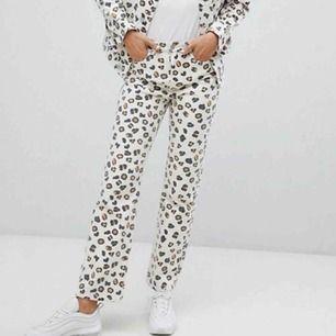 Ett par super-fräna jeans från Weekday i leo print🐆 Modellen heter Voyage och jeansen är knappt använda då de var för små vid köp