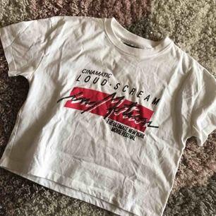 Skitsnygg croppad t-shirt från Carlings ⚡️ strl M men passar S toppen !!  // Meddela mig innan köp för fraktkostnad och mer info //