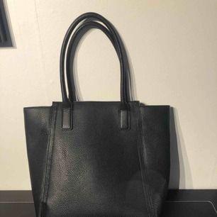 Jättefin handväska från H&M i superbra skick! Möts upp i Sandviken/Gävle eller så betalar köparen +90kr frakt☺️