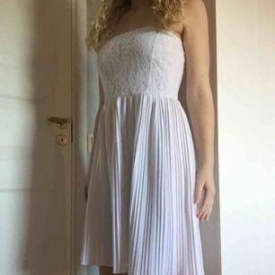 Fin vit klänning, köpt via Plick, som inte blev som jag hade tänkt mig.  Kan möta upp in Kristianstad/ Lund, annars står köparen för frakt.