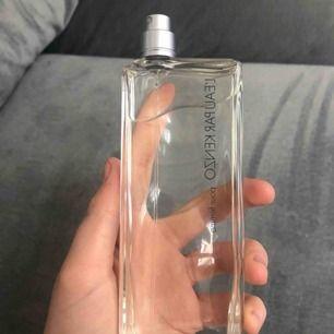 En parfym från kenzo. Luktar välldigt fräscht
