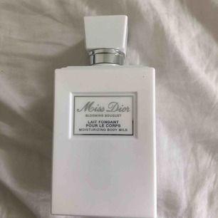 En body milk från miss dior. Köpt för 700kr aldrig användt