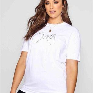 En super snygg t-shirt med minimalistisk lineart motiv föreställande ett pinkypromise. Använd en gång och den är i nyskick. Kan användas som oversize och kan även passa storlek xxl. Köparen står för frakt ❤️