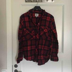 Rödrutig skjorta. Sparsamt använd. Frakt ingår i priset