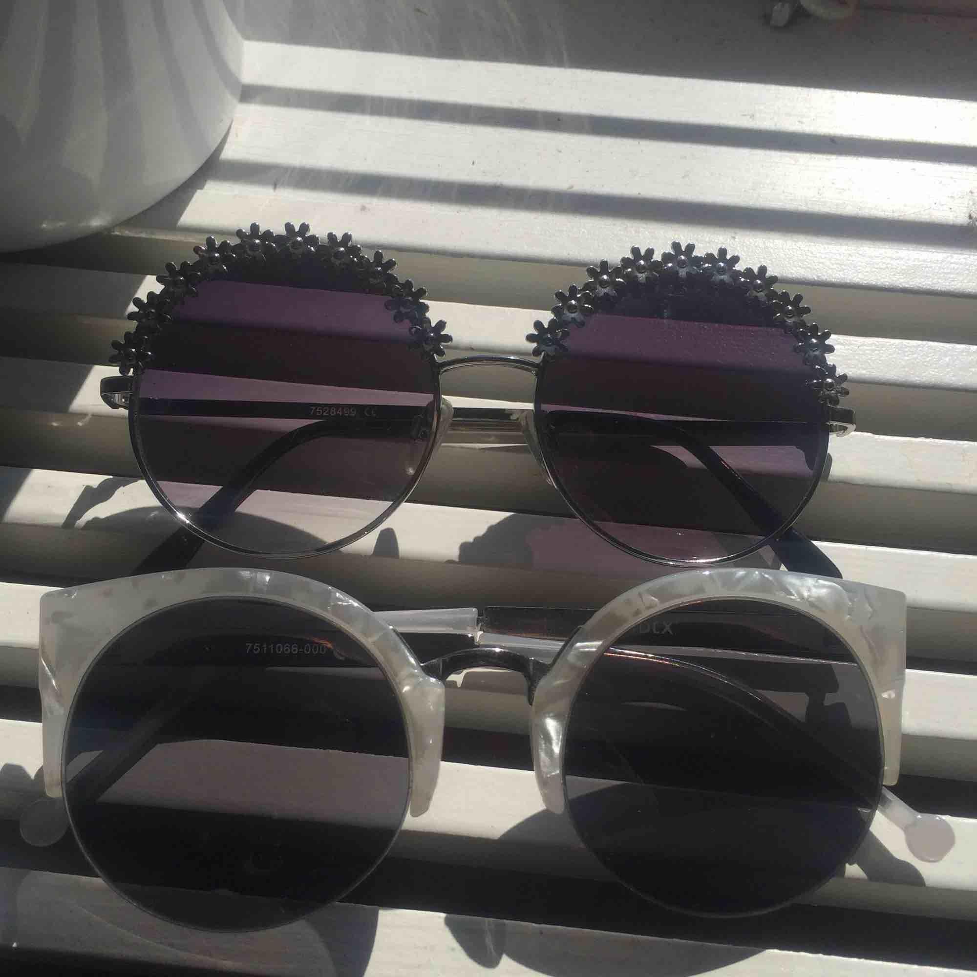 Säljer dessa helt oanvända solglasögon från Lindex.💕Säljer för att de aldrig kommer till användning 🔥 Org pris var 199kr. Jag säljer de för 25kr st elr 40kr för båda! . Accessoarer.