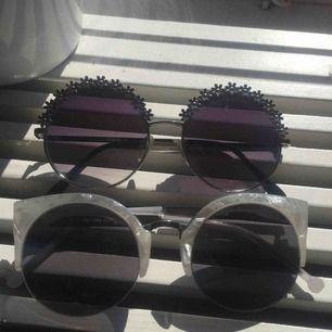 Säljer dessa helt oanvända solglasögon från Lindex.💕Säljer för att de aldrig kommer till användning 🔥 Org pris var 199kr. Jag säljer de för 25kr st elr 40kr för båda!