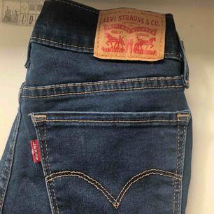 Ett par blås levi's jeans. Nästan aldrig använda