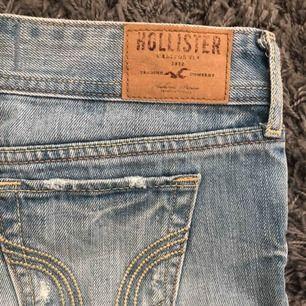 Ett par blå jeansshorts från hollister.