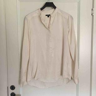 Skjorta med silkestyg sparsamt använd. Frakt ingår i priset.