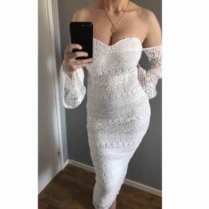 En jättefin vit spetsig klänning som passar perfekt nu inför studenten t.ex. Den är helt ny & oanvänd, endast testad! Köpte för 500 kronor från pretty little things.