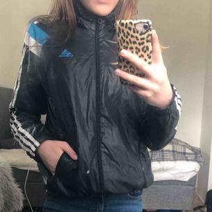 En svart jacka från adidas